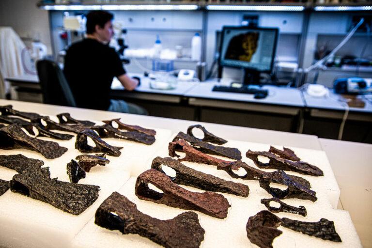 Archeologické nálezy konzervátorsky ošetřujeme, dokumentujeme, odborně vyhodnocujeme aukládáme ve studijních depozitářích